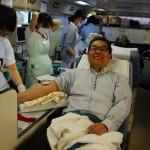 笑顔で献血するL佐野