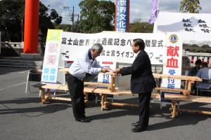 50基の手造りベンチを富士宮市に寄贈しました。