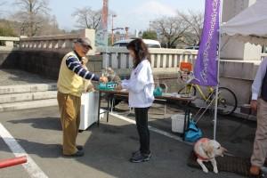 盲導犬募金を行うL高山