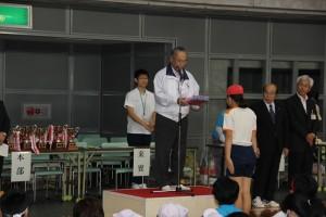 渡井会長から児童へ参加記念品が贈呈されました