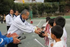 渡井会長より優勝カップの授与