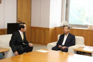 須藤市長と会談を行う遠藤会長
