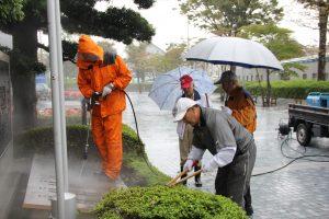 雨中での作業(市役所前)