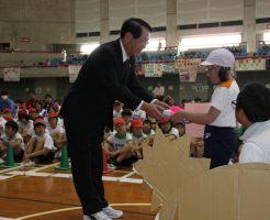 遠藤会長より賞品の贈呈
