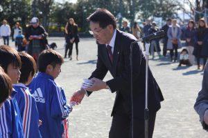 遠藤会長から記念品の贈呈