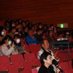 大勢の観客が来場し手話を実践した。