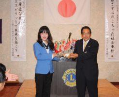 石川会長から記念品贈呈